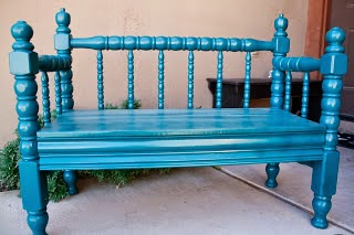 καναπές από παλιό ξύλινο κρεβάτι