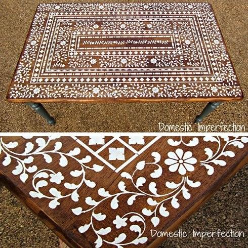 ξύλινο τραπέζι διακοσμημένο με στένσιλ