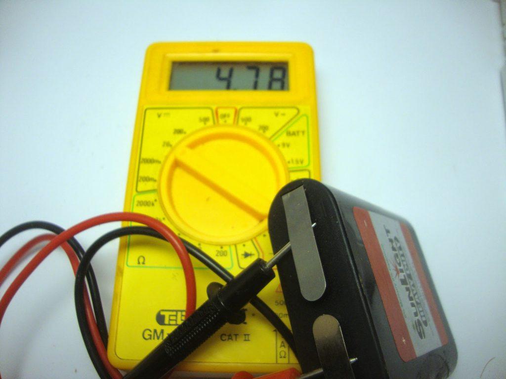 Μέτρηση με πολύμετρο, σε γεμάτη μπαταρία πλακέ 4.5 Volt