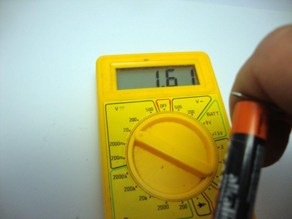 πως ελέγχουμε πόσο φορτισμένη είναι μία μπαταρία με το πολύμετρο