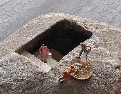 έργα τέχνης με μινιατούρες πάνω σε πέτρες