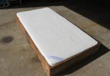 594c25b6d2c5 Ξύλινο αναδιπλούμενο κρεβάτι που μετατρέπεται εύκολα σε ένα μικρό κουτί ·  DIY