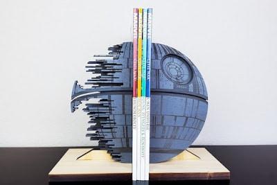 ξύλινα στηρίγματα βιβλίων απο ταινίες και σειρές