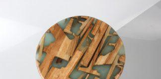 Ένα σκαμπό φτιαγμένο από ρετάλια και ρητίνη
