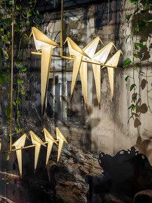 origami φωτιστικά ισορροπούν σε δέντρο