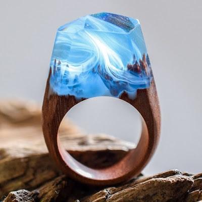 ξύλινα δαχτυλίδια με μαγευτικό μικρόκοσμο