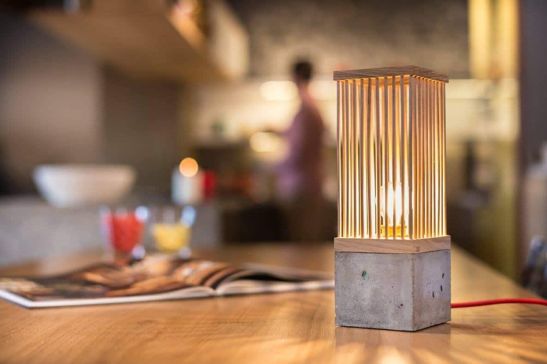 Επιτραπέζιο φωτιστικό με ξύλο και τσιμέντο
