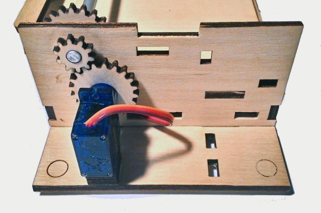 σερβοκινητήρας στο γρανάζι του ξύλινου εκτυπωτή