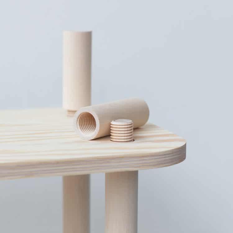 Ραφιέρα με ξύλινες βέργες με σπείρωμα